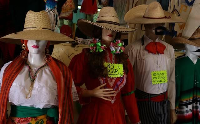 126958f2971c Al hacer un recorrido se puede observar a varios vendedores que dicen ser  originarios del Estado de México y traen diferentes productos como banderas  de ...
